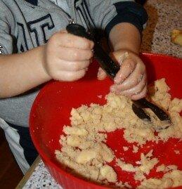 Attività di vita pratica Montessori - cucinare 14