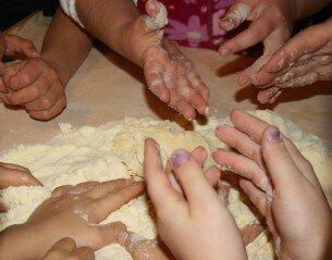 Attività di vita pratica Montessori - cucinare 16