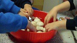 Attività di vita pratica Montessori - cucinare 19
