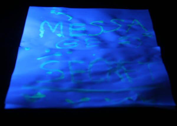 Esperimenti scientifici per bambini - Acqua fluorescente 6