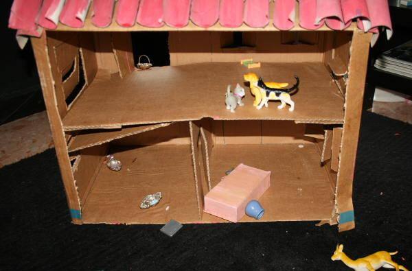 Fattoria degli animali in cartone riciclato pagina