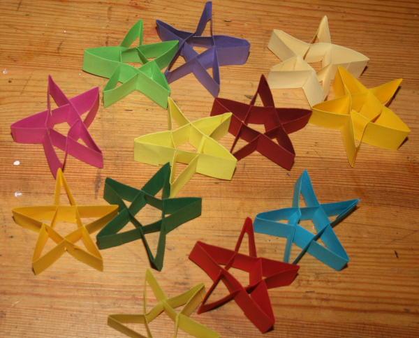 Decorazioni natalizie stelline di cartoncino lapappadolce for Addobbi natalizi scuola primaria
