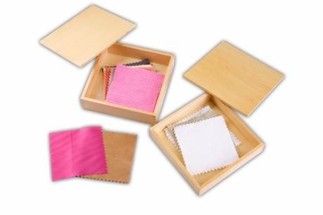 2 scatole con tessuti Montessori