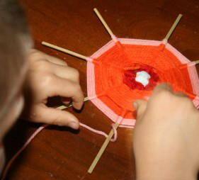 Lavoretti per bambini - Telaio per tessitura circolareaprile31