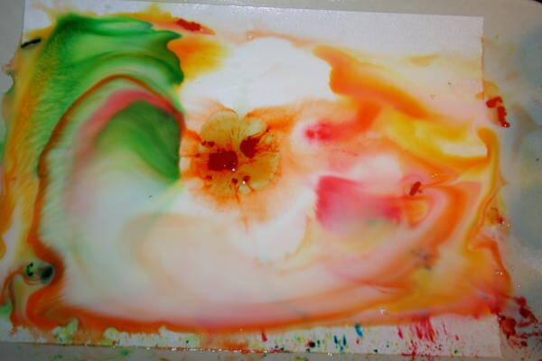 Esperimenti scientifici per bambini - esplosione di colori nel latte 2
