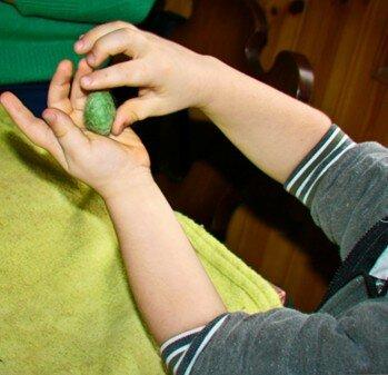 Geodi di feltro e palline di feltro coi bambini 8