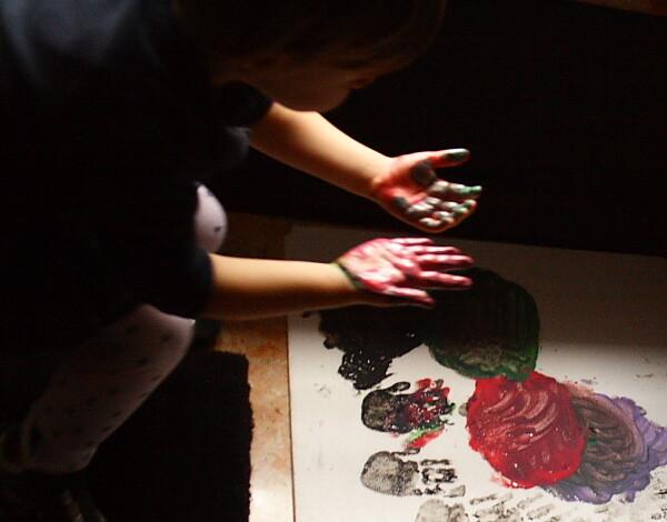 Lavoretti per la primavera - semplice farfalla di carta realizzata con le impronte delle mani.