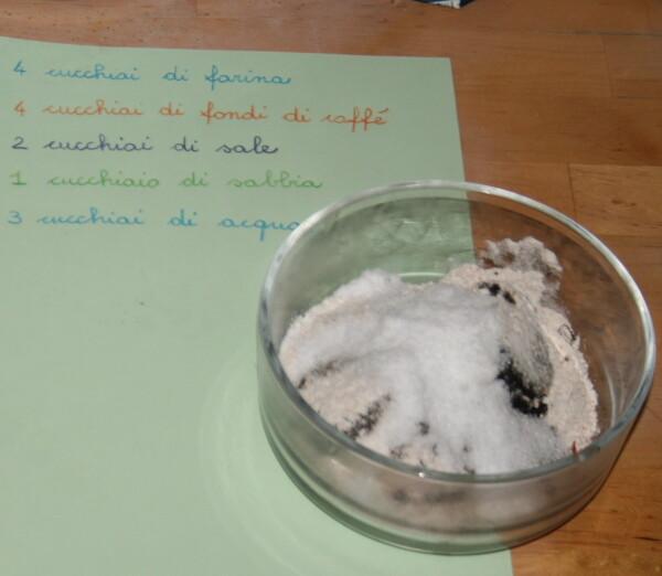 sensory tubs preistoriche - play dough uova di dinosauro