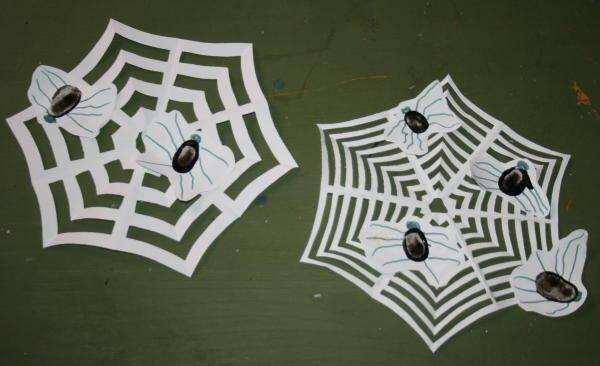 Lavoretti per Halloween – ragnetti con le impronte delle dita