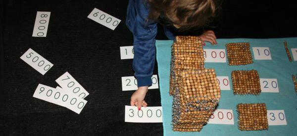 Psicoaritmetica Montessori – Esercizi con le perle dorate e i cartelli dei numeri