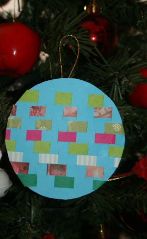 Decorazioni natalizie di carta tessuta per l'albero di Natale