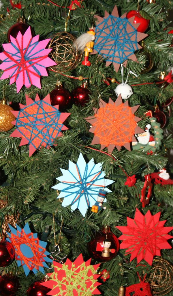 addobbi fai da te natalizi - telai a stella semplicissimi, decorativi e adatti anche ai più piccoli, con modello pdf scaricabile e stampabile gratuitamente.