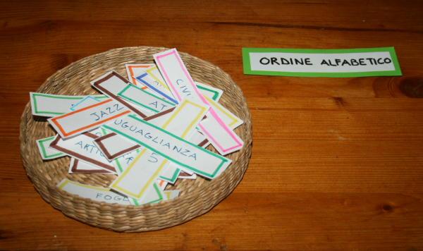 Insegnare l'uso del dizionario col metodo Montessori