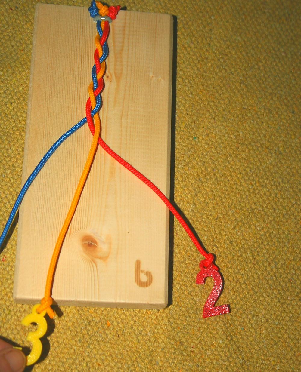 Attività di vita pratica Montessori - la tavoletta dell'intreccio