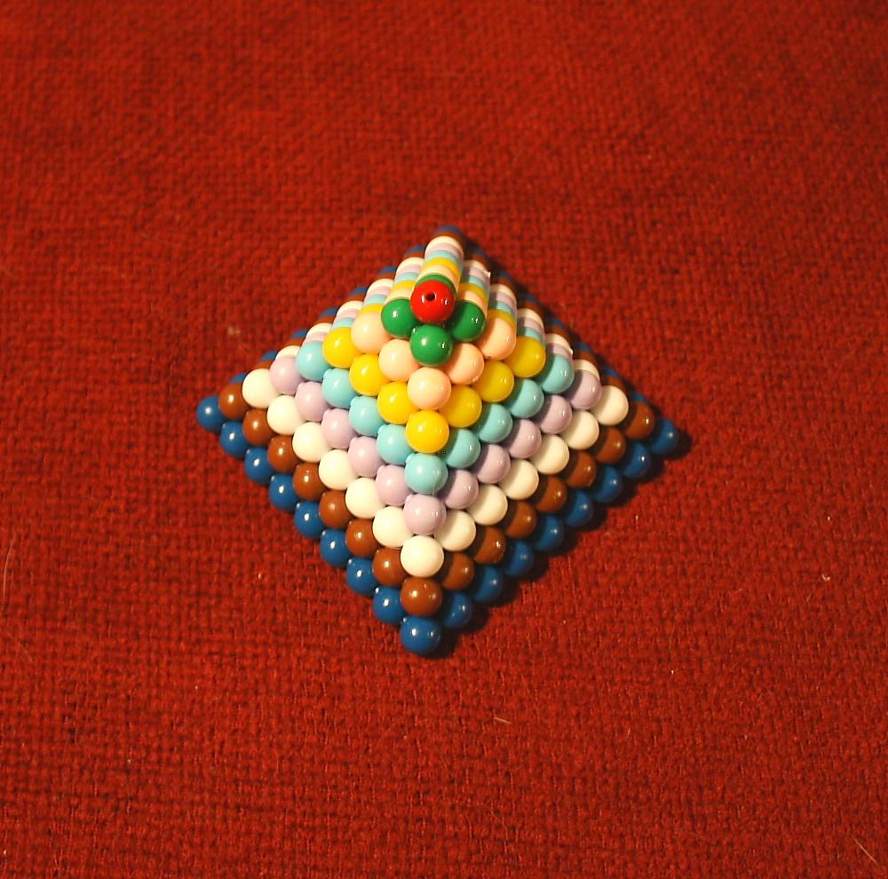 Lo scaffale delle perle colorate Montessori