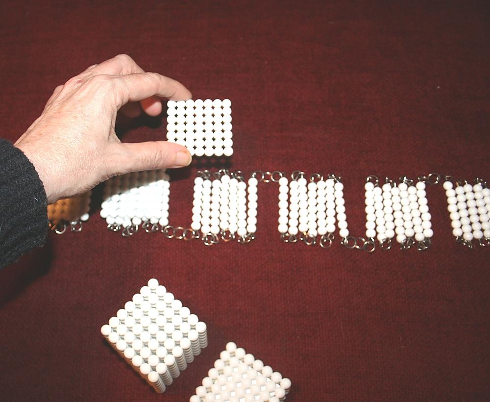 Cubi e catene di perle colorate Montessori presentazioni ed esercizi